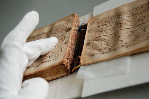 Libro antiguo deteriorado
