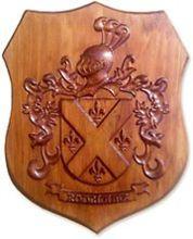 Escudo heráldico tallado en madera